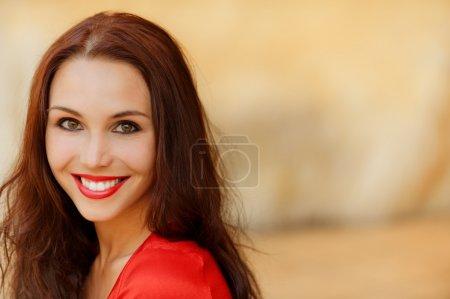Photo pour Portrait de belle jeune femme souriante en robe rouge . - image libre de droit