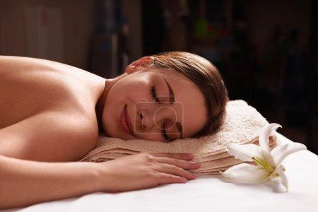 Photo pour Jeune fille de détente dans le salon spa - image libre de droit