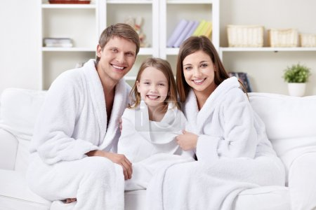 Photo pour Une famille heureuse avec un enfant à la maison - image libre de droit