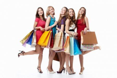 Photo pour Heureuse fille attrayante avec des achats sur fond blanc - image libre de droit
