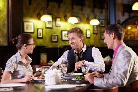 Photo pour Jeunes ont dîner dans un restaurant - image libre de droit