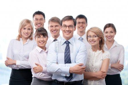 Photo pour Les jeunes employés d'affaires avec le patron - image libre de droit