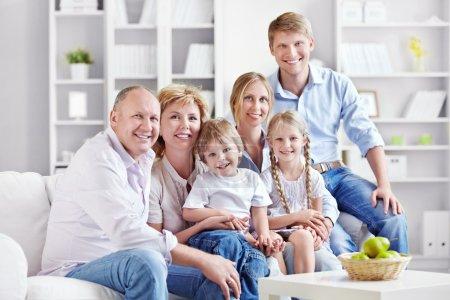 Photo pour Une grande famille avec des enfants à la maison - image libre de droit