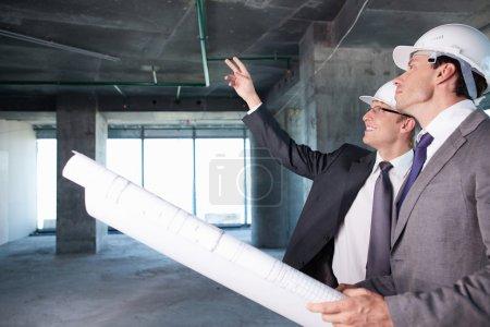 Photo pour Archivez les hommes sur un chantier de construction - image libre de droit