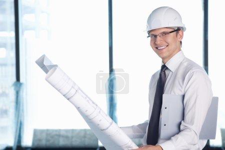 Photo pour Un jeune homme avec un projet de construction - image libre de droit