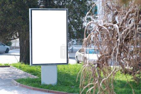 Photo pour Vertical blanc panneau d'affichage sur la rue de la ville - image libre de droit