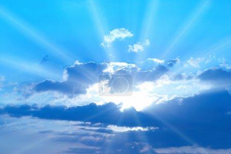 Photo pour Beau ciel bleu avec des rayons de soleil et des nuages - image libre de droit