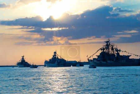 Photo pour Rangée de navires militaires contre le coucher du soleil marin - image libre de droit