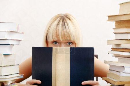 Photo pour Jeune étudiante avec beaucoup de livres étudiant pour les examens . - image libre de droit