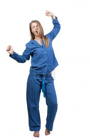 Photo pour Un bâillement jeune et qui s'étend de réveiller le matin dans son pyjama de femme - image libre de droit