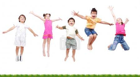 Foto de Niños felices, saltando - Imagen libre de derechos