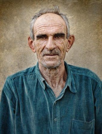 Photo pour Vieille photo artistique de vieil homme chauve âgé, fond vintage grunge - image libre de droit