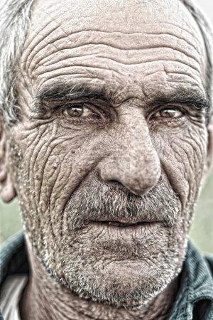 Photo pour Portrait rapproché de vieil homme, peau âgée ridée, visage - image libre de droit