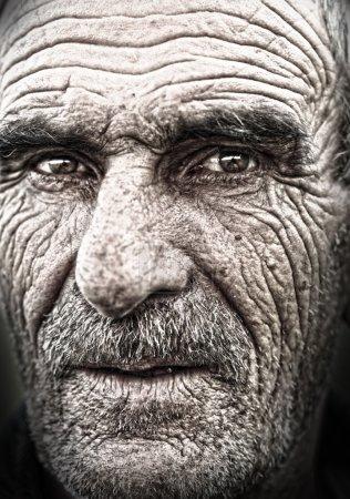 Photo pour Closeup portrait de vieil homme, la peau ridée âgée, visage - image libre de droit