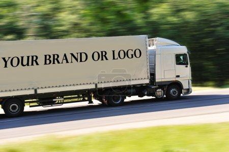 Photo pour Gros camion photographiée de dos, pas de logo sauf l'endroit idéal pour votre logo ou le nom de la marque - image libre de droit