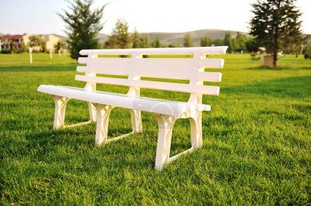 Photo pour Chaise blanche dans le parc, non - image libre de droit