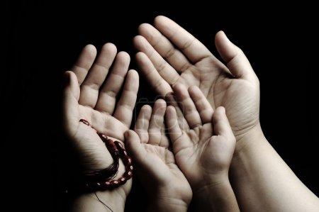 Photo pour Prière et enseignement, enfant et adulte prier ensemble - image libre de droit