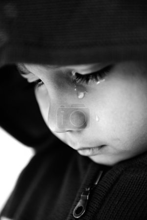 Foto de Kid crying, focus on his tear, added a bit of grain, black and white - Imagen libre de derechos