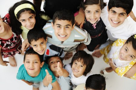 Photo pour Grand groupe d'enfants heureux, différents âges et races, foule - image libre de droit