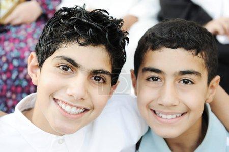Portrait des frères de deux garçons et d'amitié avec des dents saines
