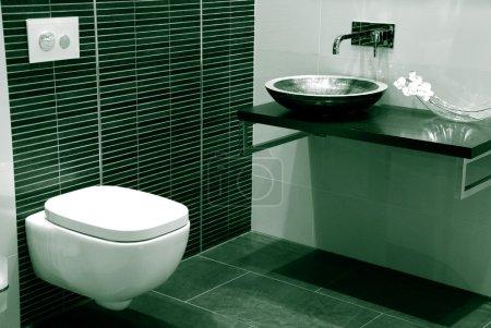Photo pour Salle de bains moderne avec carreaux noirs et évier - image libre de droit