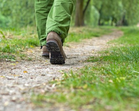 Photo pour Promenade dans le parc, homme faisant de l'exercice - image libre de droit