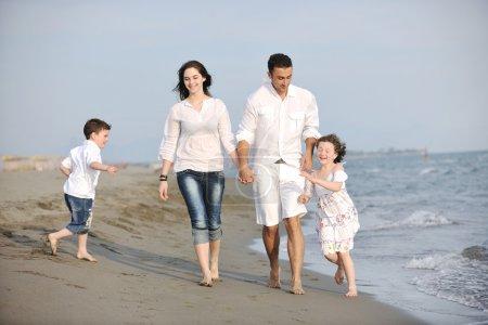 szczęśliwa młoda rodzina baw się dobrze na plaży