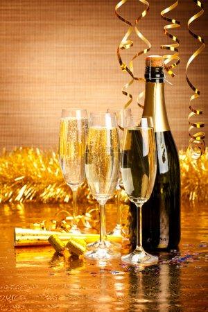 Photo pour Bonne année - champagne et décoration de fête - image libre de droit