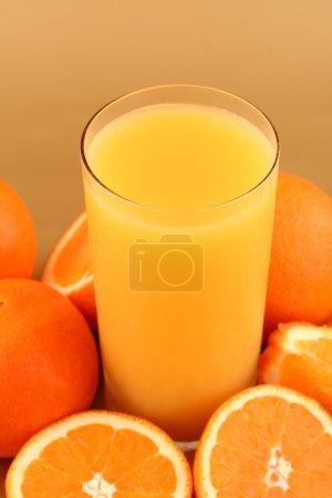 Foto de Jugo de naranja sobre fondo naranja - Imagen libre de derechos