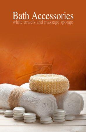Photo pour Accessoires de bain - serviettes et éponge de massage - image libre de droit