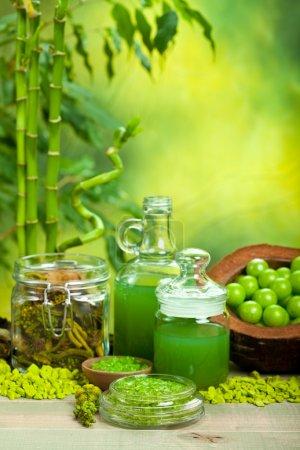 Photo pour Spa - huiles essentielles et sel de bain sur fond de bambou - image libre de droit