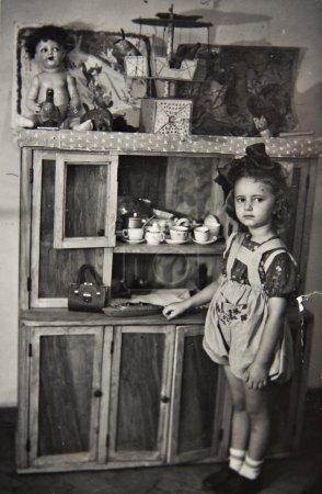Foto de Niña con juguetes, fotos antiguas - Imagen libre de derechos