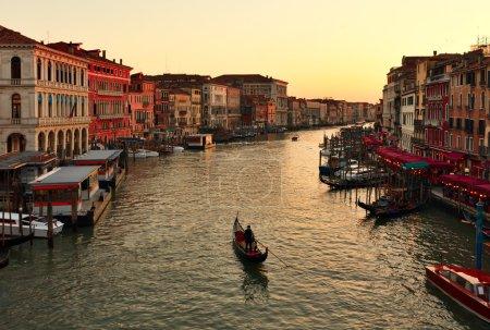 Photo pour Seule gondole au coucher du soleil. Grand Canal de Venise - image libre de droit
