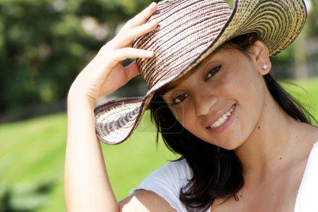 Photo pour La belle colombienne au chapeau - image libre de droit