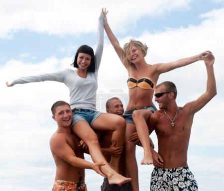 Photo pour Groupe d'amis, s'amuser à la plage - image libre de droit