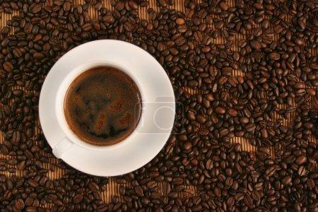 Photo pour Tasse de café sur le café en grains - image libre de droit