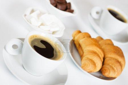 Photo pour Café expresso noir avec croissants sur fond blanc, non isolé - image libre de droit
