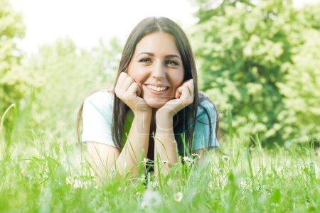 Foto de Felicidad disfrute de la hermosa chica en hierba verde. - Imagen libre de derechos