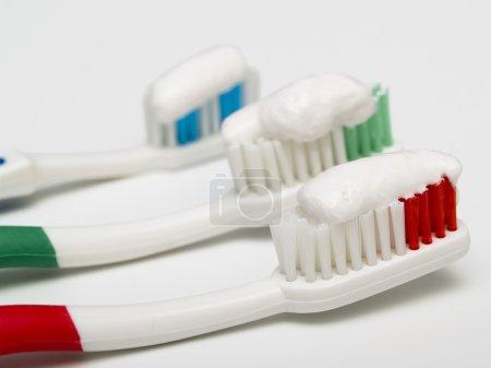 Photo pour Brosses à dents colorées avec dentifrice - image libre de droit