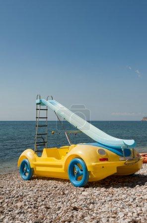 Photo pour Bateau à pédales de fantaisie en forme de voiture - image libre de droit