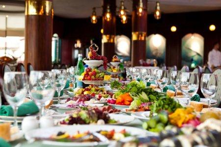 Photo pour Les repas et les boissons sont couverts au restaurant sur une table - image libre de droit