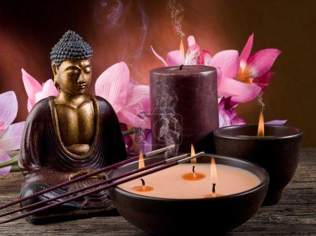 Photo pour Bougie de bouddha et encens - image libre de droit