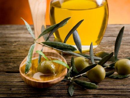 Photo pour Huile d'olive sur cuillère en bois - image libre de droit