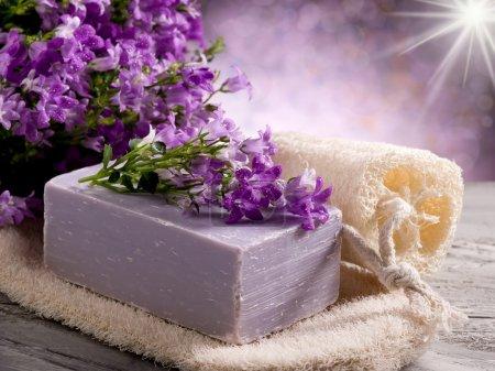 Photo pour Savon à fleurs naturelles avec concept de spa éponge gommage - image libre de droit
