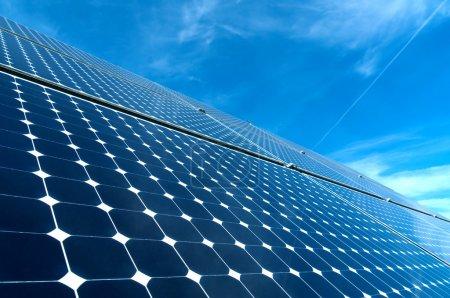 Photo pour Panneau solaire contre ciel bleu - image libre de droit