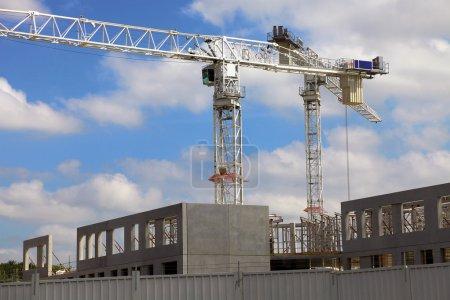 Photo pour Grue industrielle sur le site de construction - image libre de droit