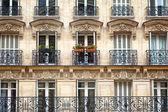 immeuble d'appartements avec balcon