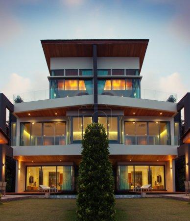 Photo pour Vue de belle villa moderne en été après un environnement sombre - image libre de droit