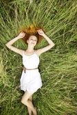 Krásná dívka vleže na trávě