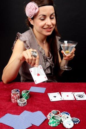 Photo pour Femme rétro habillée jouant au casino - image libre de droit